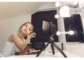家里带着化妆品录制视频的可爱小博主_9344510