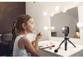 家里带着化妆品录制视频的可爱小博主_9344512