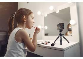 家里带着化妆品录制视频的可爱小博主_9344513