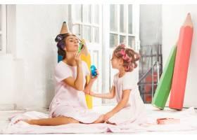 小女孩和妈妈坐在一起玩耍_7570516
