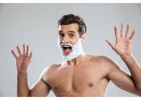 尖叫的男子站在与剃须泡沫隔绝的地方_8078043