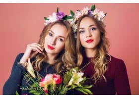 工作室近距离拍摄了两个年轻漂亮的金发女子_9331242