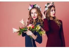 工作室近距离拍摄了两个年轻漂亮的金发女子_9331245