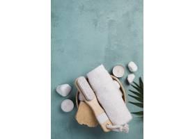带刷子和肥皂的俯视水疗毛巾_6984320