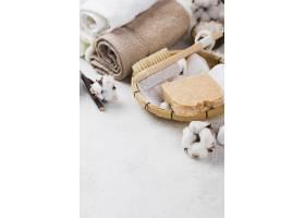 带刷子和肥皂的特写水疗毛巾_6984271