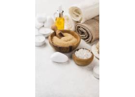 带毛巾和油的特写水疗配件_6984235