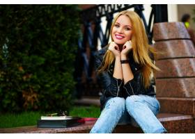 可爱可笑的现代性感都市年轻时髦微笑女模特_7169636