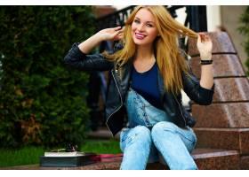 可爱可笑的现代性感都市年轻时髦微笑女模特_7169638
