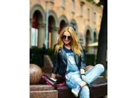 可爱有趣的现代性感都市年轻时髦的微笑女模_7168944
