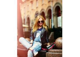可爱有趣的现代性感都市年轻时髦的微笑女模_7168945