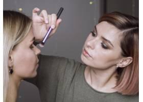 在化妆工作室工作的女性_6415741