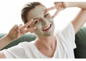 在家中自我护理带着化妆品的快乐女人_8046377