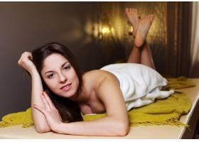 在水疗沙龙放松的年轻女子_7302879