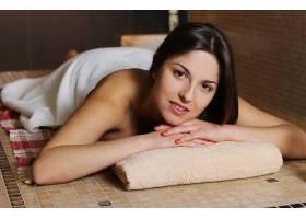 在水疗沙龙放松的年轻女子_7302883