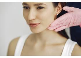 在美容工作室看医生的女人_7724824