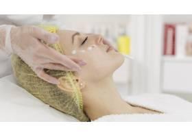 在美容诊所接受面部护理的女性_12844746