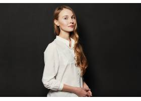 在黑色背景上为年轻漂亮的女人画肖像_6435541