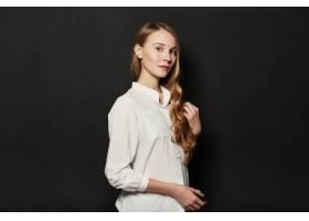 在黑色背景上为年轻漂亮的女人画肖像_6435543