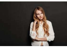 在黑色背景上为年轻漂亮的女人画肖像_6435558