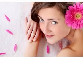 头发上插着鲜花的漂亮女孩_7629993