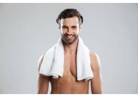 兴高采烈的年轻男子拿着毛巾摆姿势_8076433
