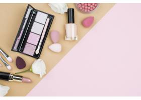 具有复制空间的不同化妆品的平铺布置_8667170