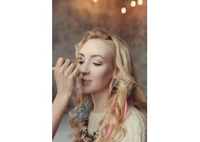 化妆师和美丽的金发女子在一起_7554435