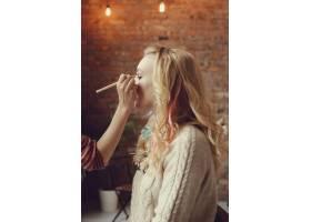 化妆师和美丽的金发女子在一起_7554436