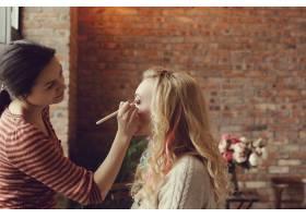 化妆师和美丽的金发女子在一起_7554437