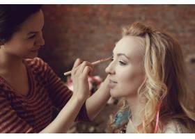 化妆师和美丽的金发女子在一起_7554438