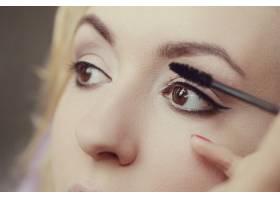 化妆师和美丽的金发女子在一起_7554439