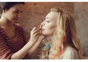 化妆师和美丽的金发女子在一起_7554443