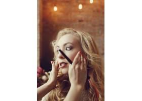 化妆师和美丽的金发女子在一起_7554445