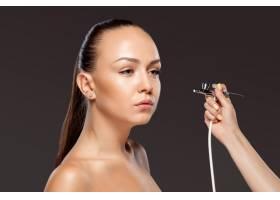化妆师用航空摄影为模特化妆_7120357