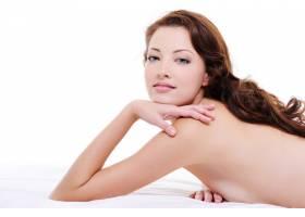 一位美丽的红发女子裸体躺在白色床上的肖像_10626755