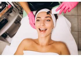 一名女子在美容院做美容手术_5578463