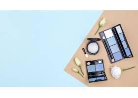 不同化妆品在蓝色背景上的版面布置_8667184