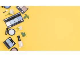 不同化妆品在黄色背景上的版面排列_8667193