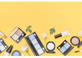 不同化妆品的搭配在黄色背景上有复制空间_8667194