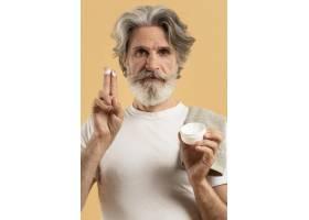 上了年纪的胡须男士涂了保湿霜的正视图_9411422