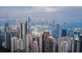 高角度拍摄的香港多云天空下的城市景观有_907673801