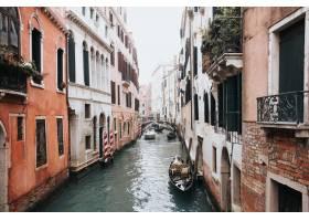 高角拍摄威尼斯一条美丽的运河两座建筑之_907716301