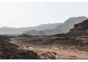 高角拍摄被壮丽群山包围的沙漠上的小山_1294819101