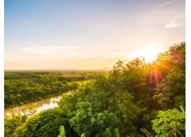 黄昏时分美丽的空中俯瞰着绿色的森林景观_418824401