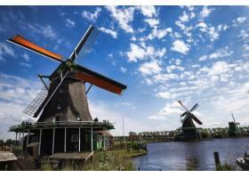 荷兰Zaanse Schans湖附近风车的低角度拍摄_894385001