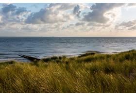 荷兰齐兰弗利辛根多云天空下的沙滩美景_894373901