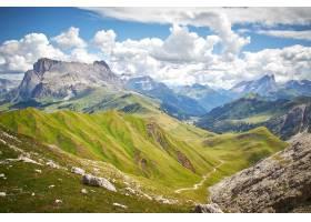 落基山脉的美丽风景在多云的天空下有一道_1189016401