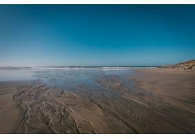 蓝天下海滩的美丽镜头_1189083601