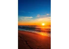蓝天下美丽的海滩日出_1204546101