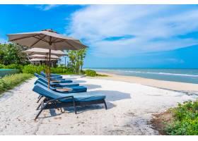 蓝天白云的海滩大海上的伞和椅子_456683201